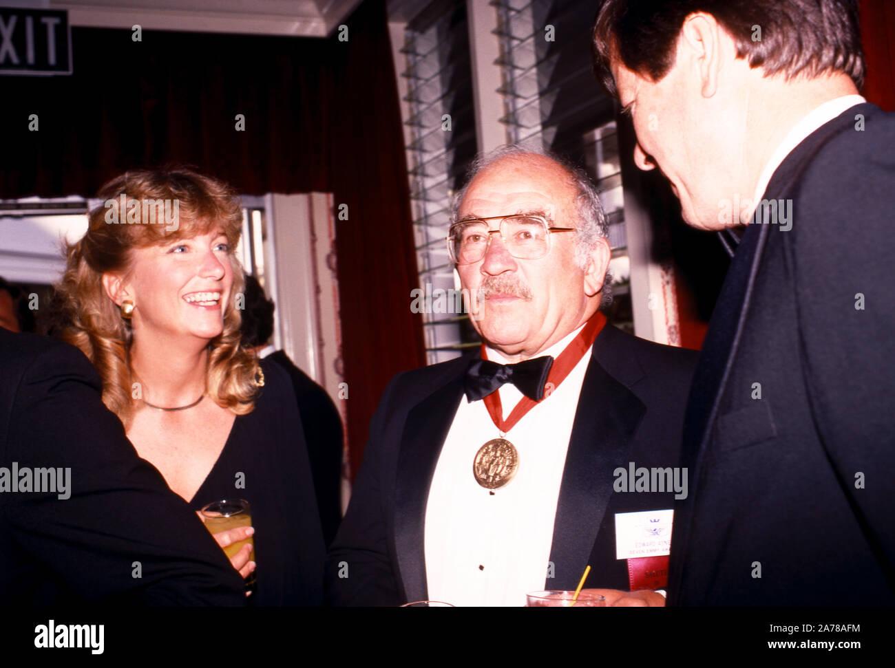 HOLLYWOOD, CA - Julio, 1983: el actor Ed Asner mira después de recibir el premio honorífico de la Academia alrededor de julio de 1983. (Foto por Hy Peskin) Foto de stock