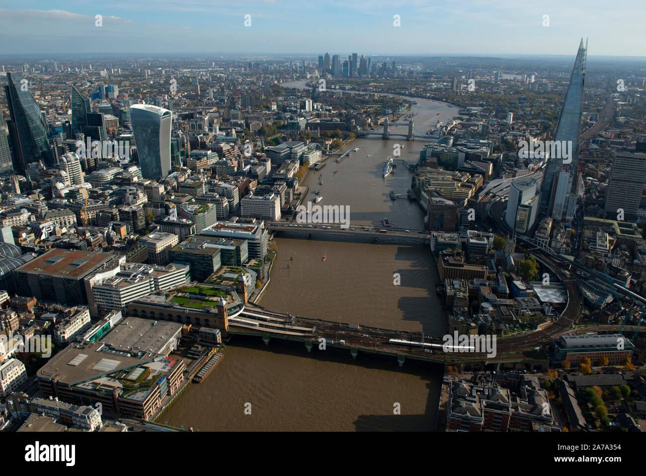 Una vista aérea, mirando al oriente por el Río Támesis con el casco y el Puente de Londres. Foto de stock