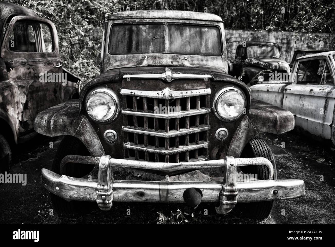Imagen cercana de la parte delantera de un viejo camión de chatarra en un basurero Foto de stock