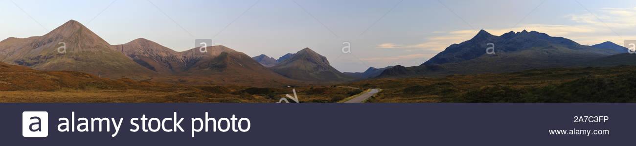 Una imagen panorámica de la rojo y negro cordillera Cuillin de la Isla de Skye Foto de stock