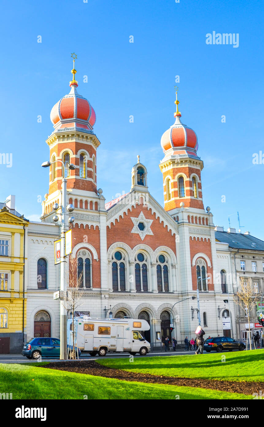 Plzen, República Checa - Oct 28, 2019: La Gran Sinagoga en Pilsen, la segunda sinagoga más grande de Europa. La fachada frontal del edificio religioso judío con cúpulas en forma de cebolla. Foto vertical. Foto de stock