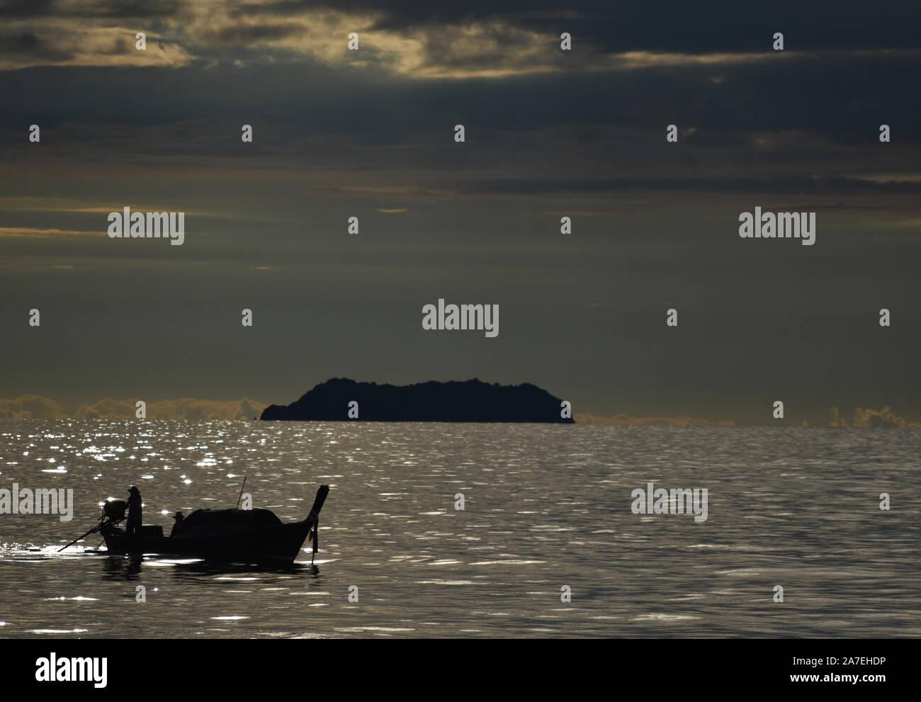 Barco navegando en el Mar de Andaman, Tailandia Foto de stock