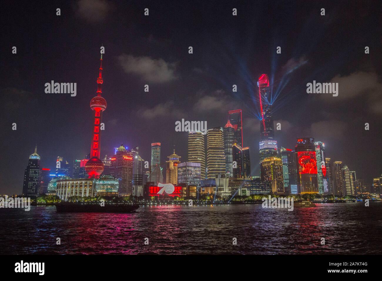Vista nocturna del río Huangpu y el Distrito Financiero de Lujiazui iluminado con rascacielos y altos edificios en Pudong, Shanghai, China. Foto de stock