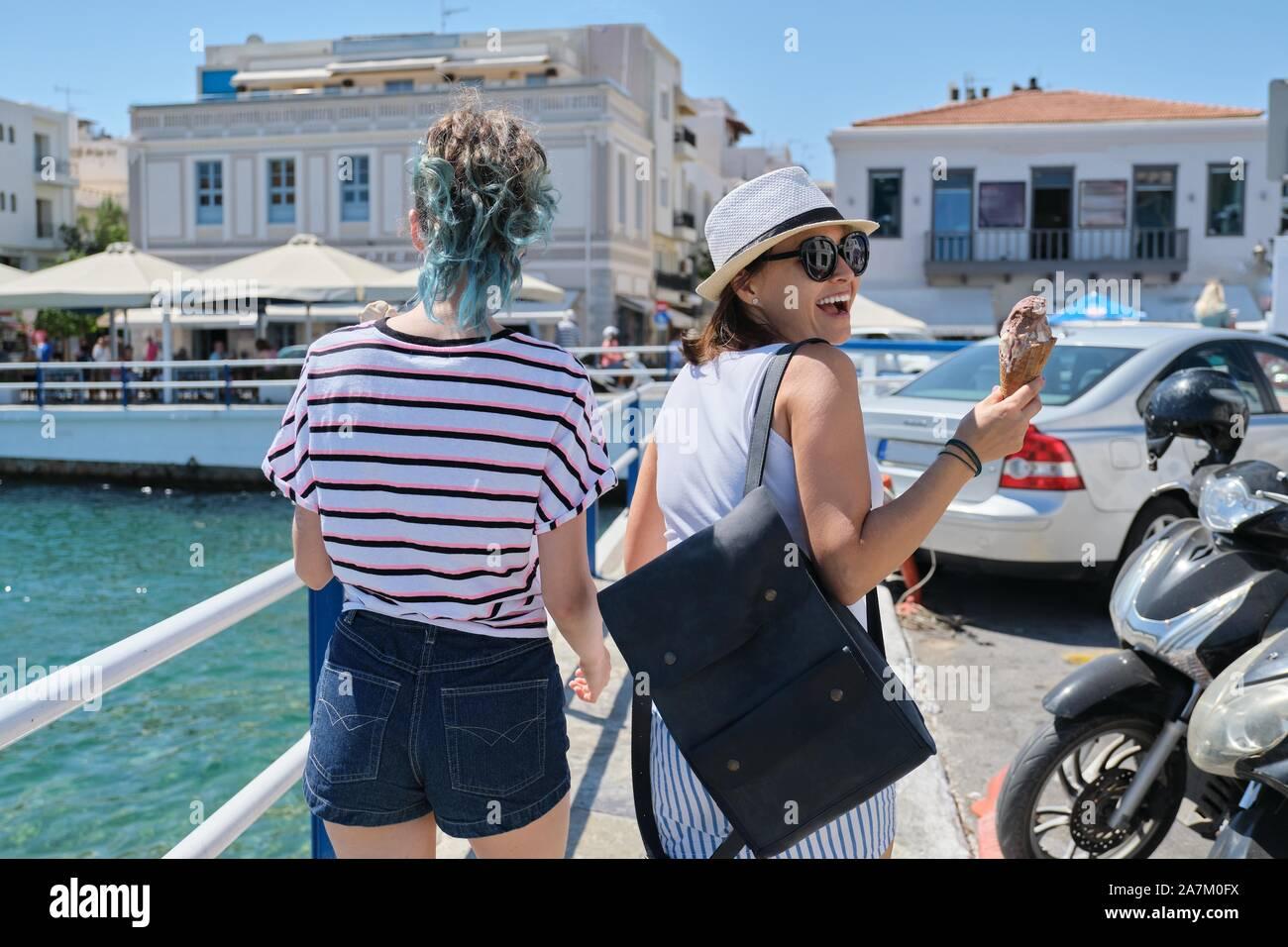 Mediterráneo, personas mujeres espalda cerca de paseo marítimo Foto de stock