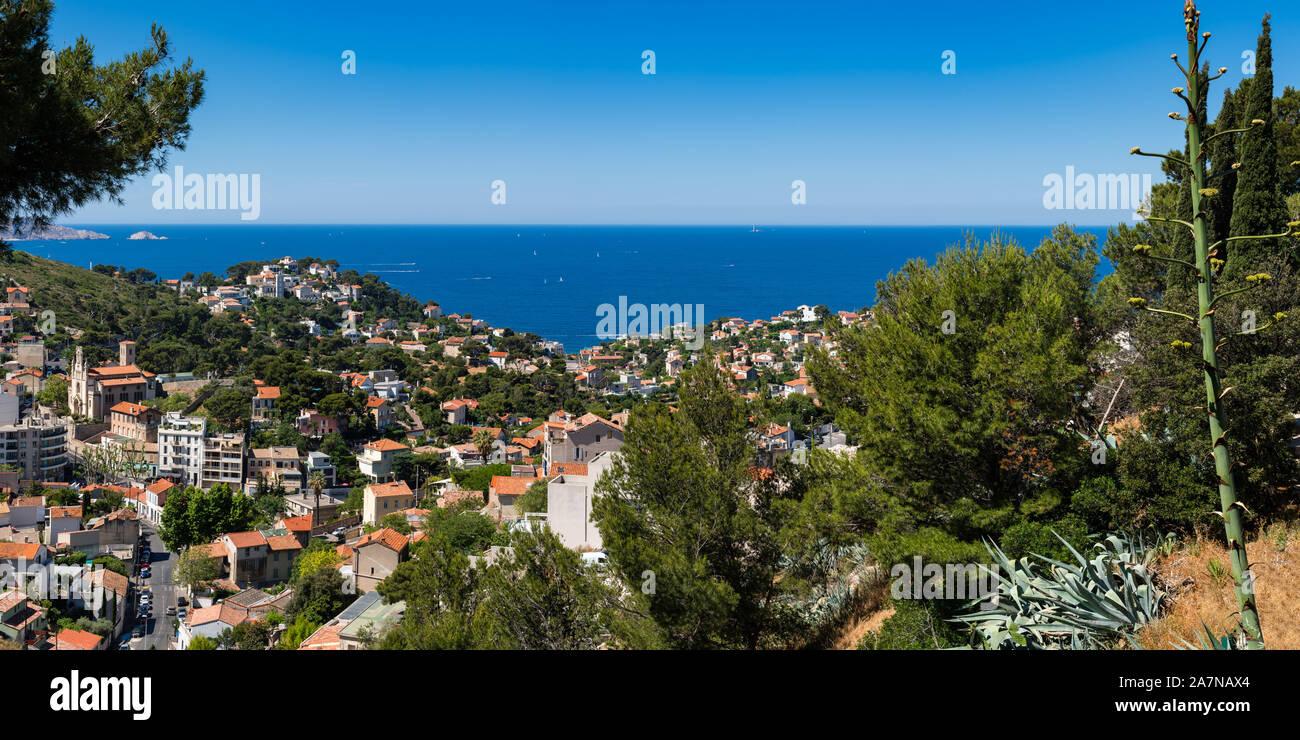 Vista panorámica sobre los tejados de verano de Marsella y el Mar Mediterráneo. Bompard, Bouches-du-Rhône (13), Provence-Alpes-Côte d'Azur, Francia, Europa Foto de stock