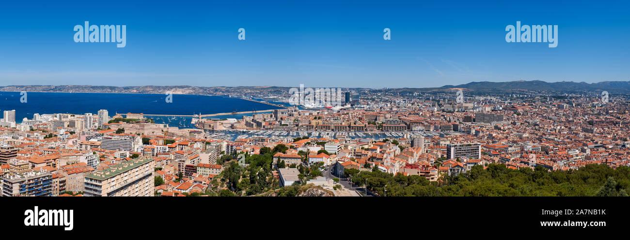 Puerto de Marsella. Vista panorámica sobre los tejados de verano Marseille Vieux Port y con el Mar Mediterráneo. Bouches-du-Rhône (13) Foto de stock