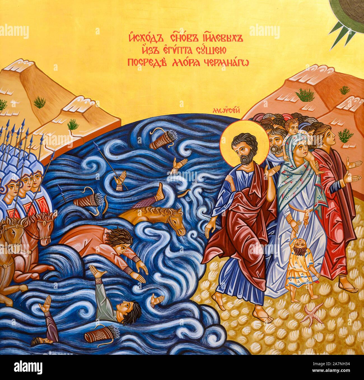 Icono de la Travesía del Mar Rojo - Mois Israelitas a través del Mar de Juncos. La Iglesia greco-católica en Bratislava, Eslovaquia. Foto de stock