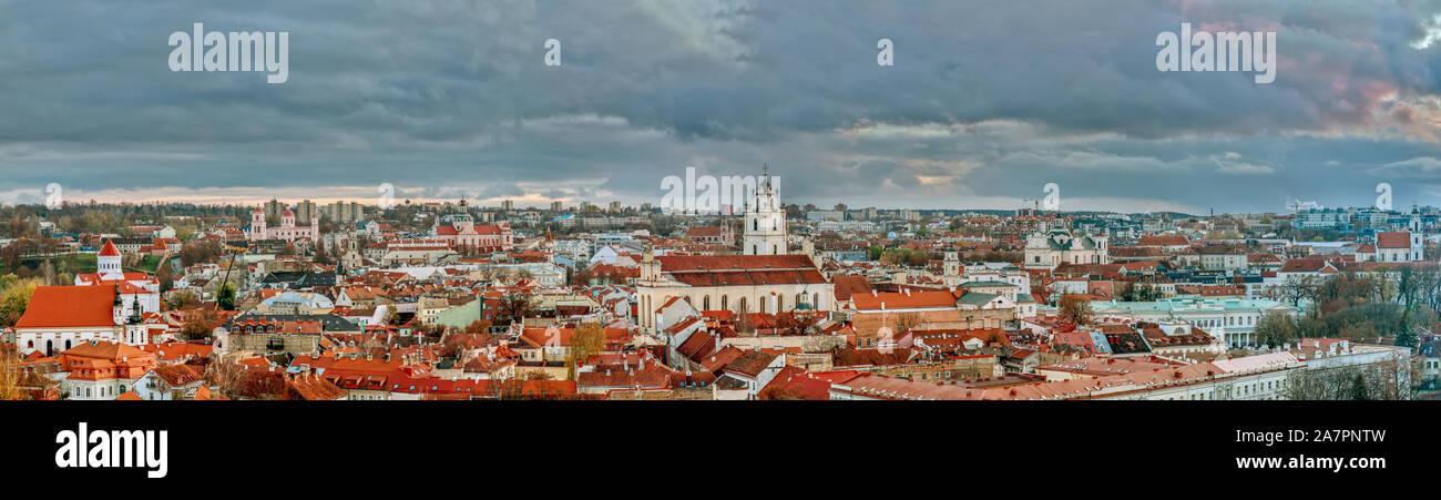 Casco antiguo con techos de tejas rojas y las iglesias, el paisaje urbano de vista aérea de la ciudad de Vilnius, Lituania Foto de stock
