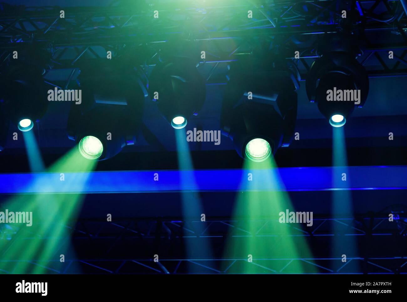 Etapa destaca la proyección se ilumina durante un evento en directo. Conciertos en vivo y eventos Foto de stock