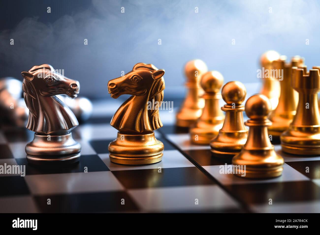 Caballo de ajedrez enfrentado juntos representan de negociación comercial a un rival o enemigo en un juego de guerra comercial. Foto de stock
