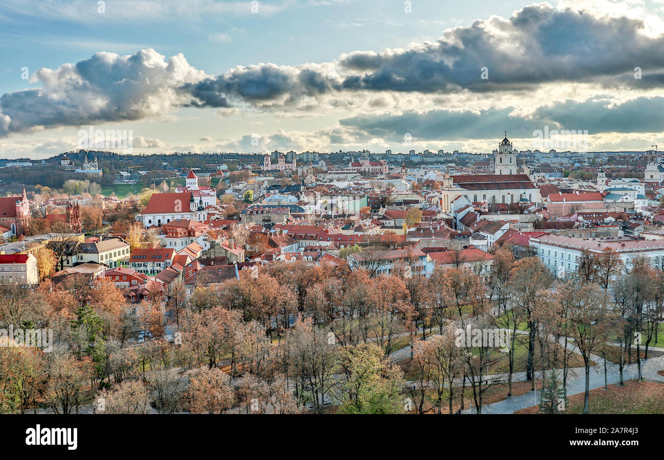Vilna, Lituania - Octubre, 2019 : casco antiguo con techos de tejas rojas y las iglesias, el paisaje urbano de vista aérea de la ciudad de Vilnius, Lituania Foto de stock