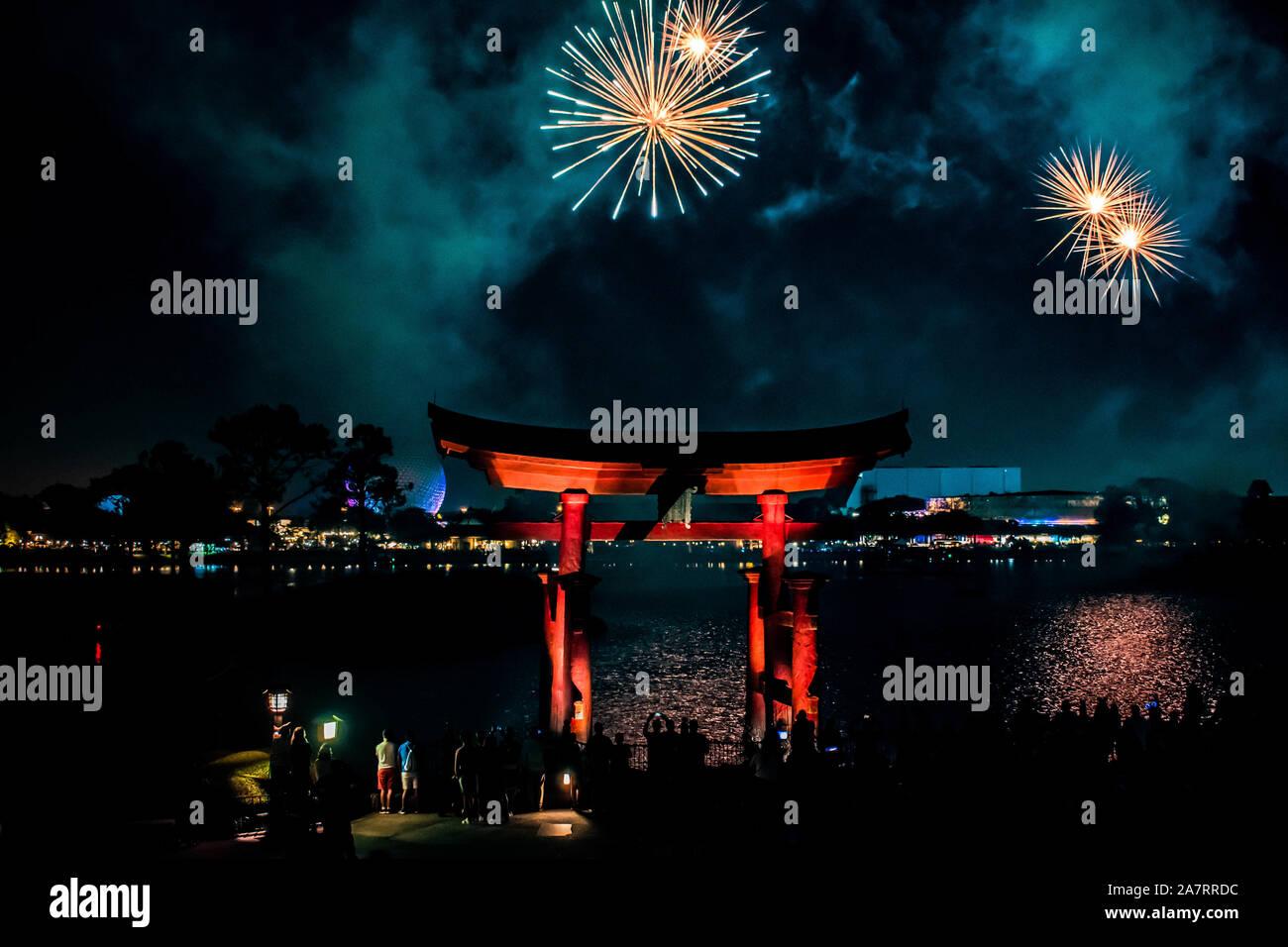Orlando, Florida. Noviembre 01, 2019. Arco japonés y espectaculares fuegos artificiales en el fondo nocturno en Epcot (87). Foto de stock