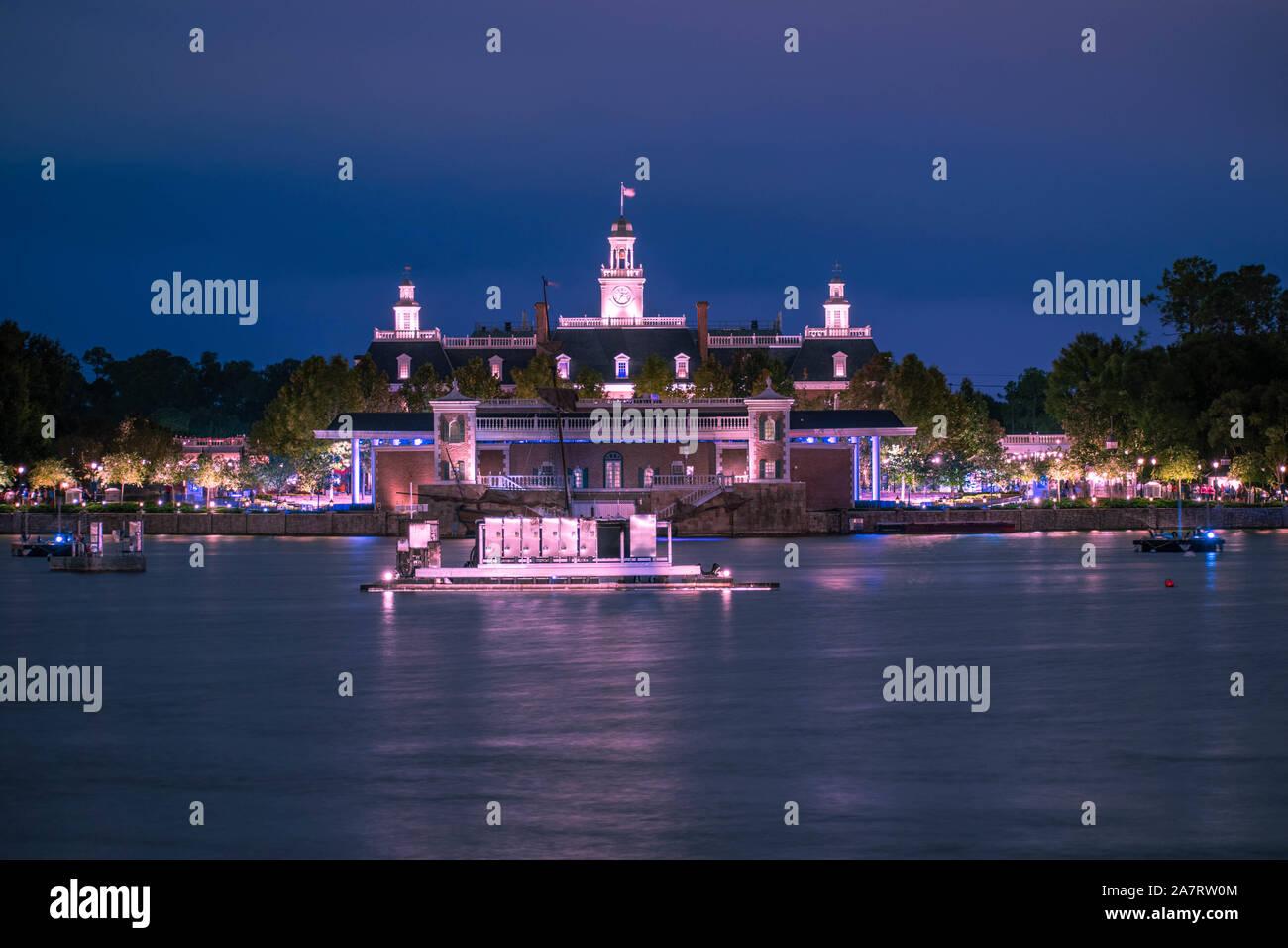 Orlando, Florida. Noviembre 01, 2019. La aventura de América sobre fondo azul noche Pavillion en Epcot® (5). Foto de stock