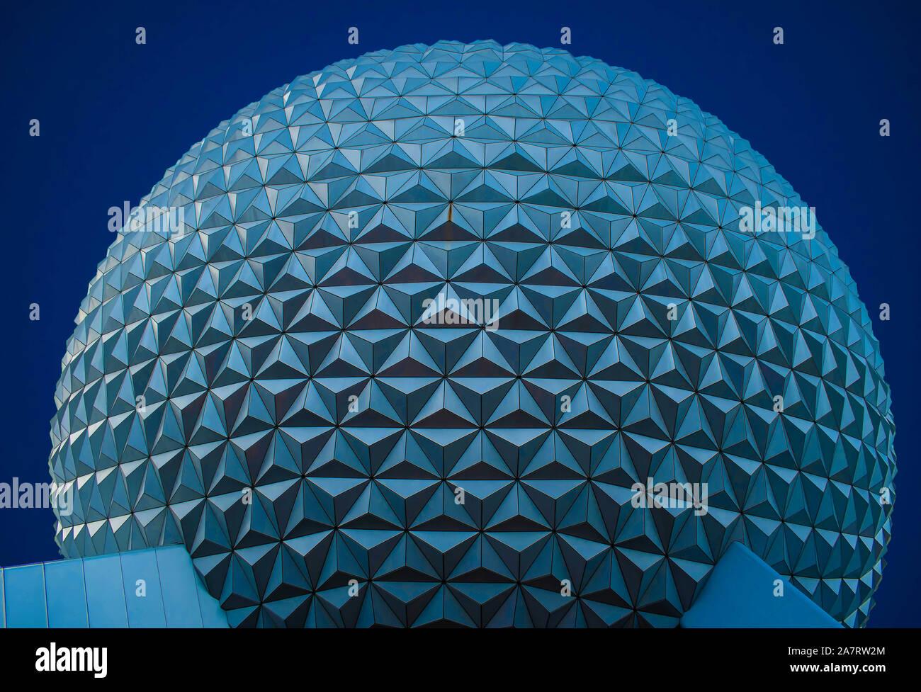 Orlando, Florida. Noviembre 01, 2019. Vista superior de la esfera en color azul noche en Epcot de fondo (77). Foto de stock