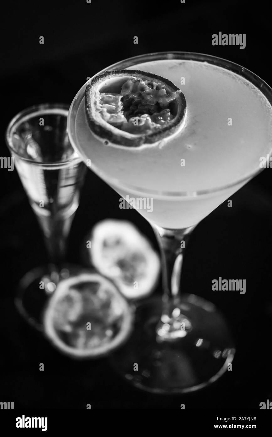 fruta de la pasión y cóctel prosseco Foto de stock