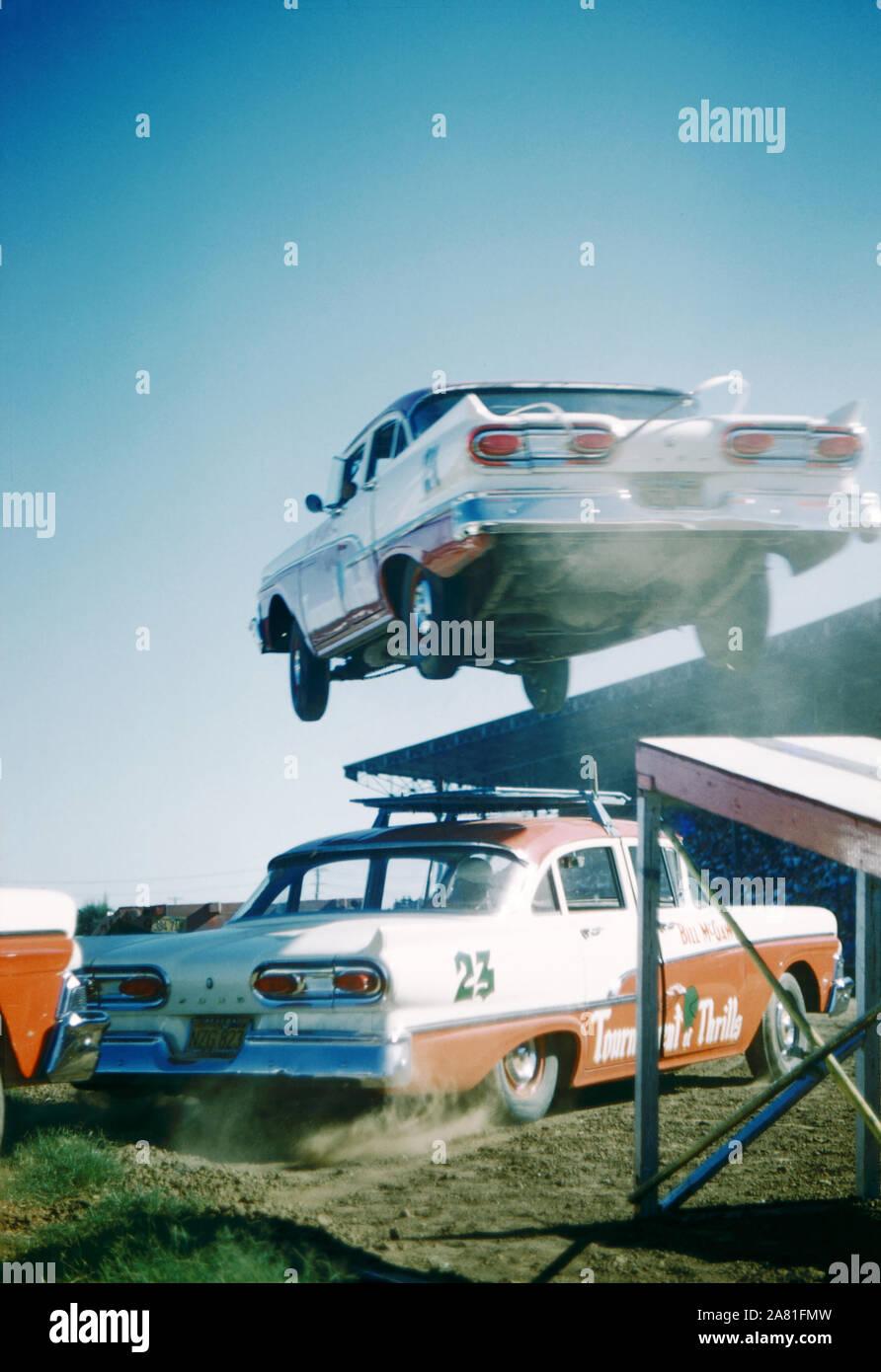 SACRAMENTO, CA - Agosto, 1958: Un coche salta por encima de otro coche durante la Feria Estatal de Sacramento alrededor de agosto de 1958, en Sacramento, California. (Foto por Hy Peskin) Foto de stock