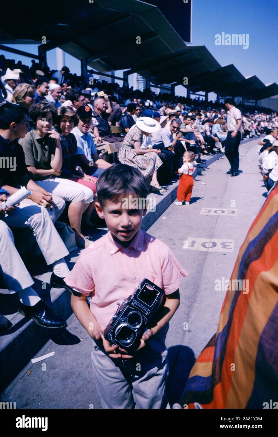 LOS ANGELES, CA - 15 de junio: Un niño pequeño tiene una cámara en el pabellón durante los Houston Colt 45's y Los Angeles Dodgers juego el 15 de junio de 1962 en el Dodger Stadium en Los Angeles, California. (Foto por Hy Peskin) Foto de stock