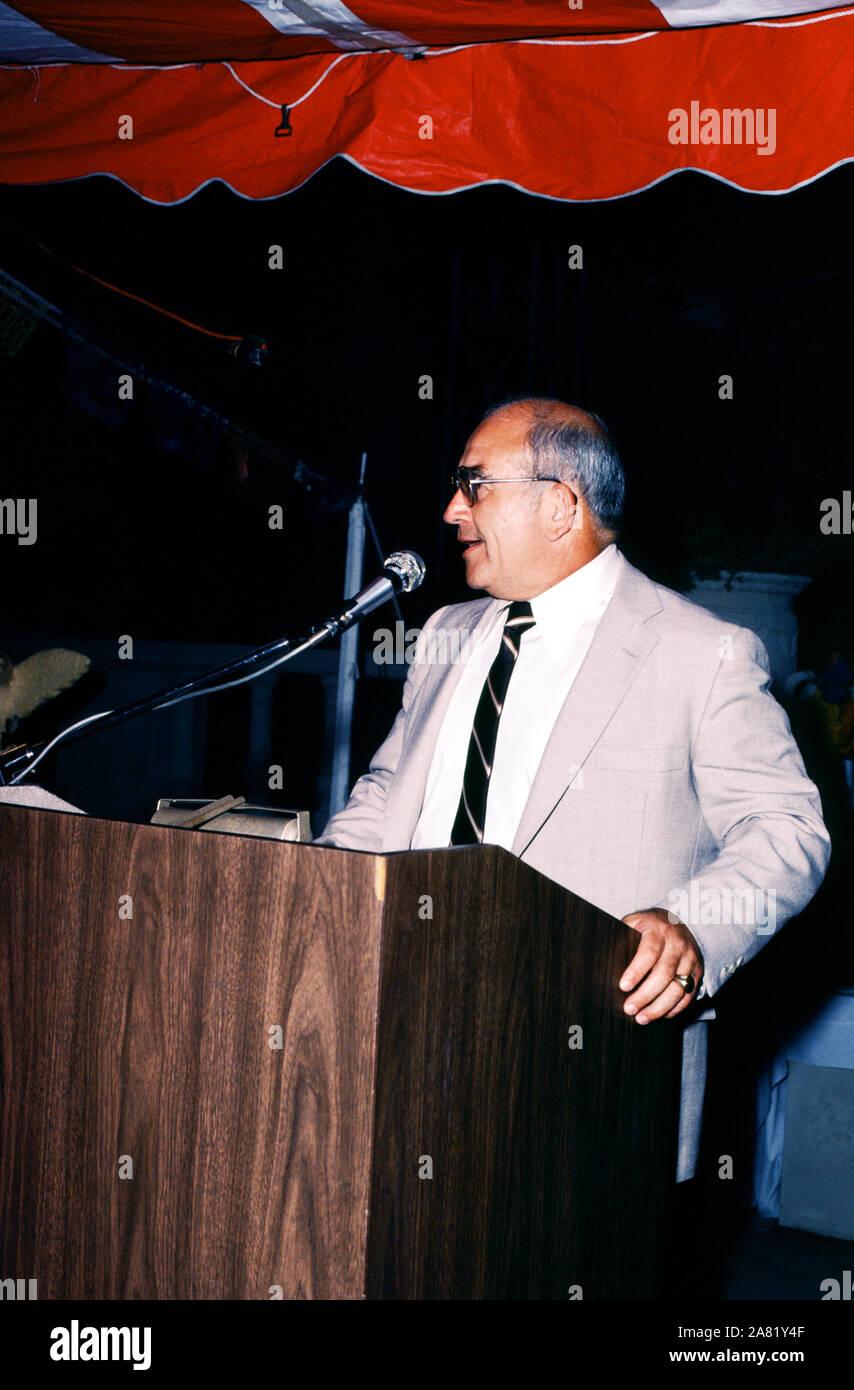 Julio de 1980: el actor Ed Asner, habla en un evento circa Julio, 1980. (Foto por Hy Peskin) *** Local Caption *** Ed Asner Foto de stock
