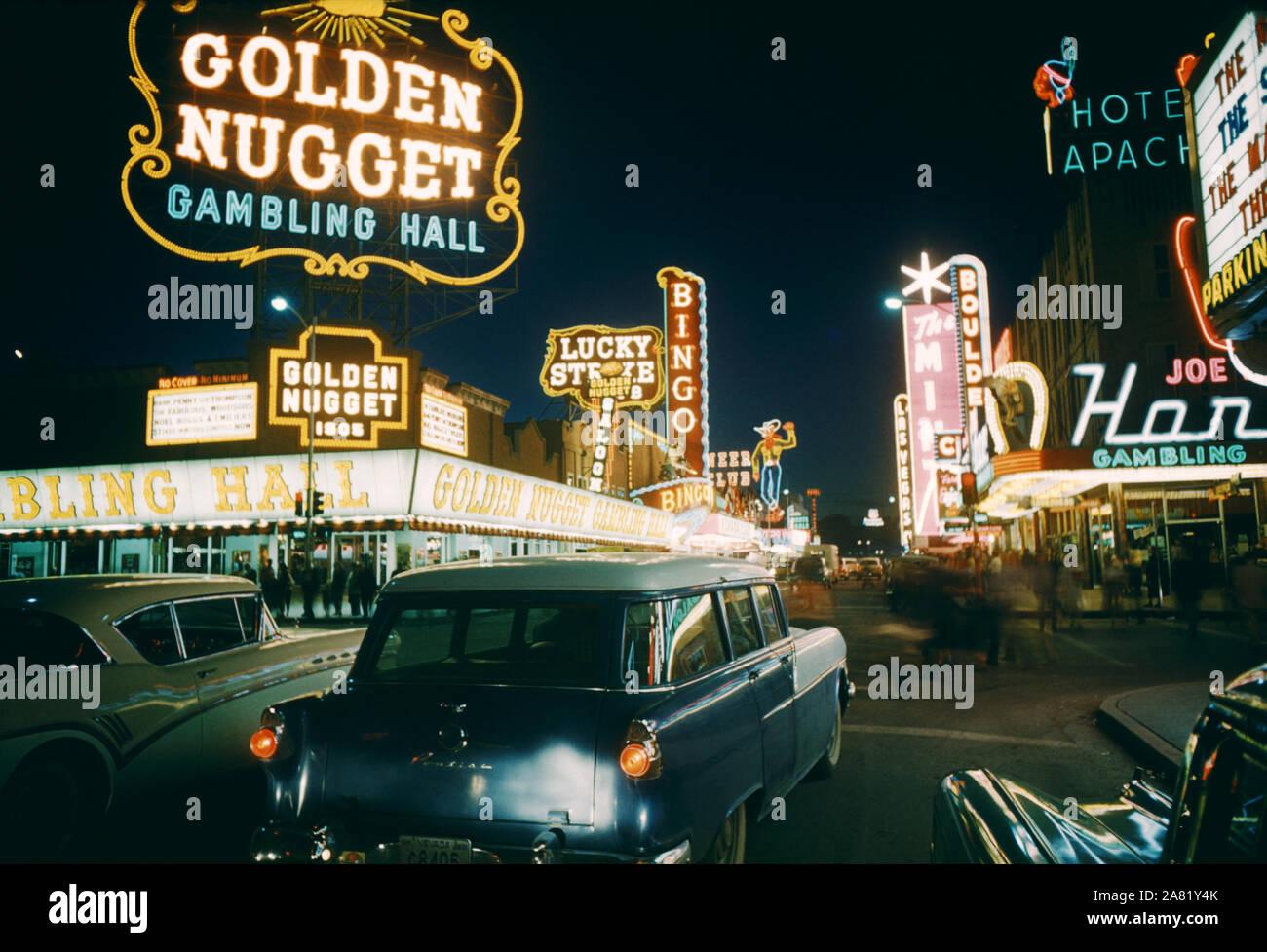 LAS VEGAS, NV - 1958: Vista General del Centro de Las Vegas, desde la calle Fremont mirando el Golden Nugget Gambling Hall, el Mint, Pioneer Club, Lucky Strike, El Club De Las Vegas y el Hotel Apache circa 1958 en Las Vegas, Nevada. (Foto por Hy Peskin) Foto de stock