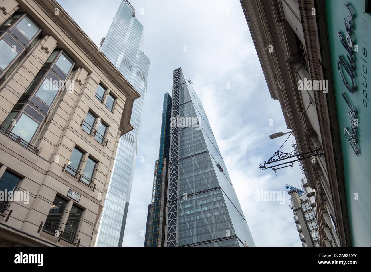 La arquitectura moderna de altos edificios comerciales vistos en la ciudad de Londres, Reino Unido en noviembre. Foto de stock