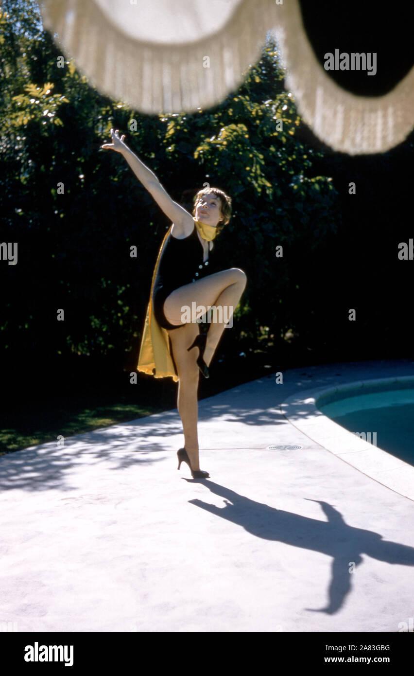 1958: actriz estadounidense de cine y televisión Shirley MacLaine posa para un retrato durante una sesión de retrato junto a una piscina circa 1958. (Foto por Hy Peskin) *** Local Caption *** Shirley MacLaine Foto de stock