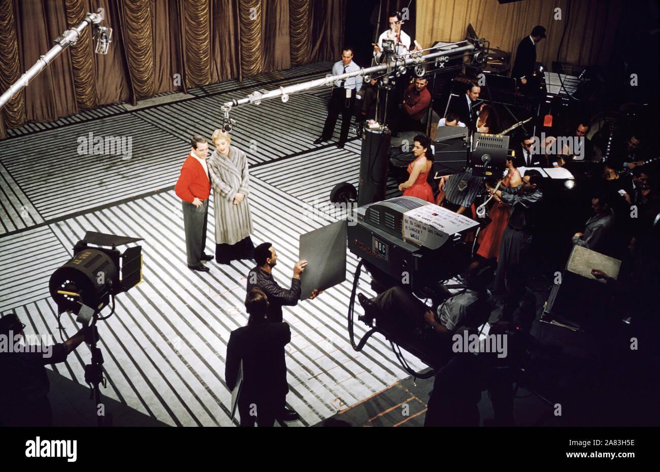 """NEW YORK, NY - 1957: cantante y personalidad de la televisión estadounidense Perry como (1912-2001) y la actriz americana, comediante y cantante Judy Holliday (1921-1965) realiza en el escenario durante """"el Perry como Show' circa 1957 en Nueva York, Nueva York. (Foto por Hy Peskin) *** Local Caption *** Perry como;Judy Holliday Foto de stock"""