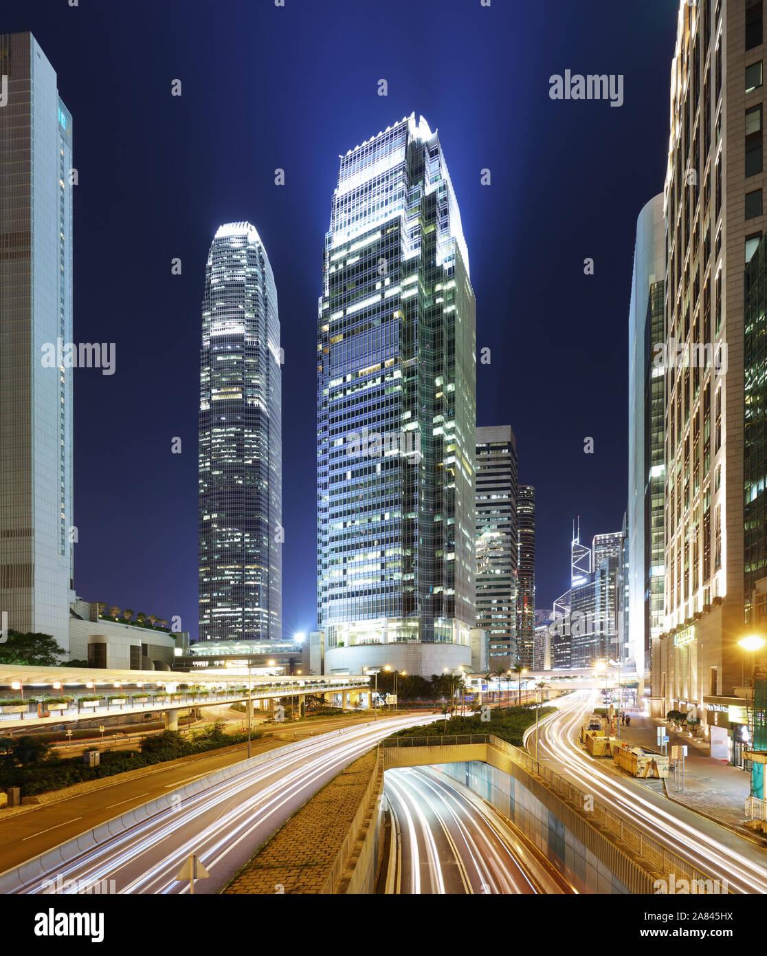 Modernos edificios de oficinas en el centro de Hong Kong por la noche con el tráfico Foto de stock