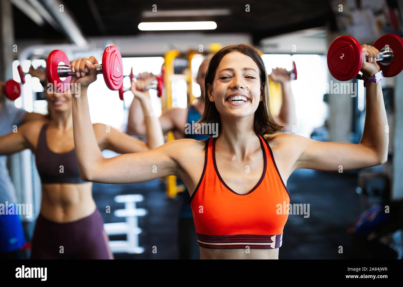 Colocar hermosas mujeres trabajando en el gimnasio Foto de stock