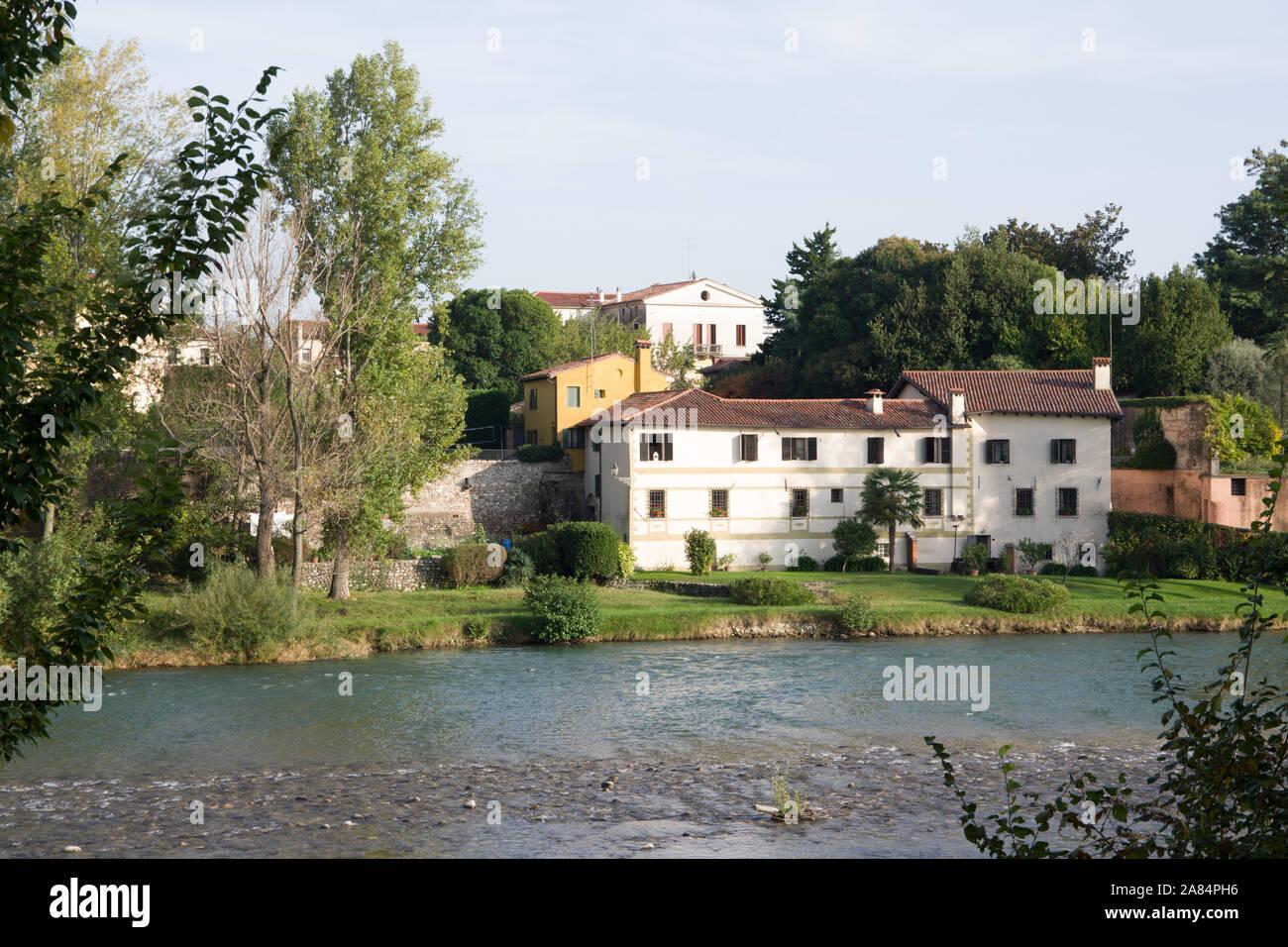 Bassano del Grappa, Italia, 10/22/2019 , vista de los edificios en el lado este del río Brenta en Bassano del grappa. Foto de stock