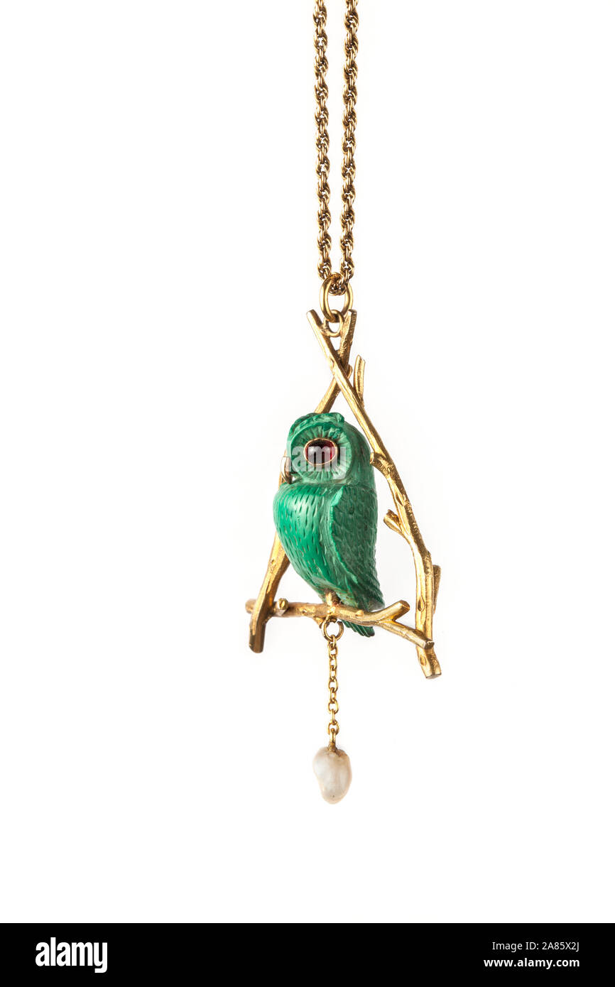 Perla de agua dulce y la malaquita verde tallada buho Collar Colgante de oro. Foto de stock