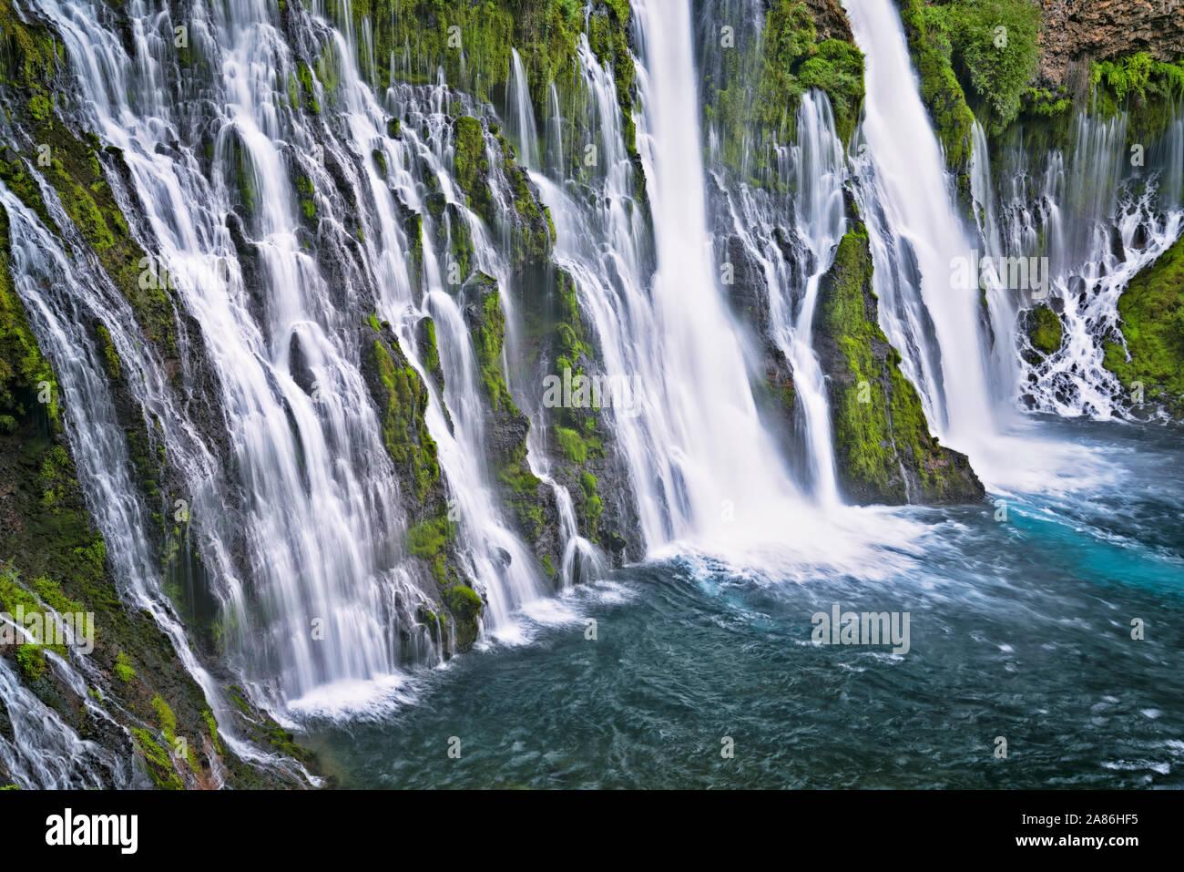 Burney Falls cascadas de 129 pies sobre el basalto cubiertas de musgo en el norte de California del McArthur-Burney cae Memorial State Park en el Cascade Mountain corrió Foto de stock