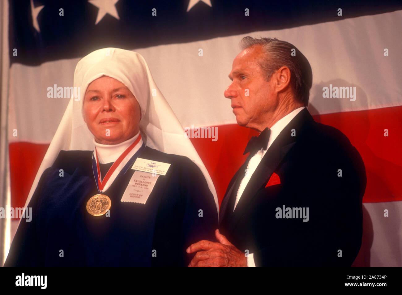 Julio de 1983: la Madre Antonia Brenner recibe una placa dorada de Brian Reynolds para 'Angel' de la cárcel durante el año 1983 la Academia de Logros Premios placa de oro alrededor de julio de 1983. (Foto por Hy Peskin) Foto de stock