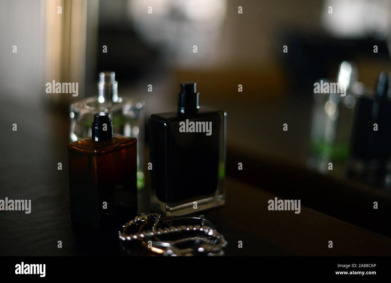 Tres frascos de perfume por un espejo Foto de stock
