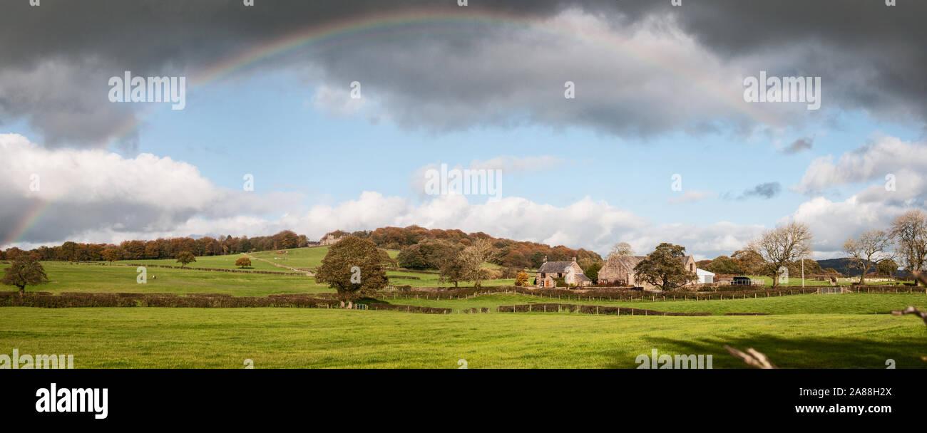 Alrededor del REINO UNIDO - Lancashire - un arco iris sobre la histórica torre Houghton Foto de stock