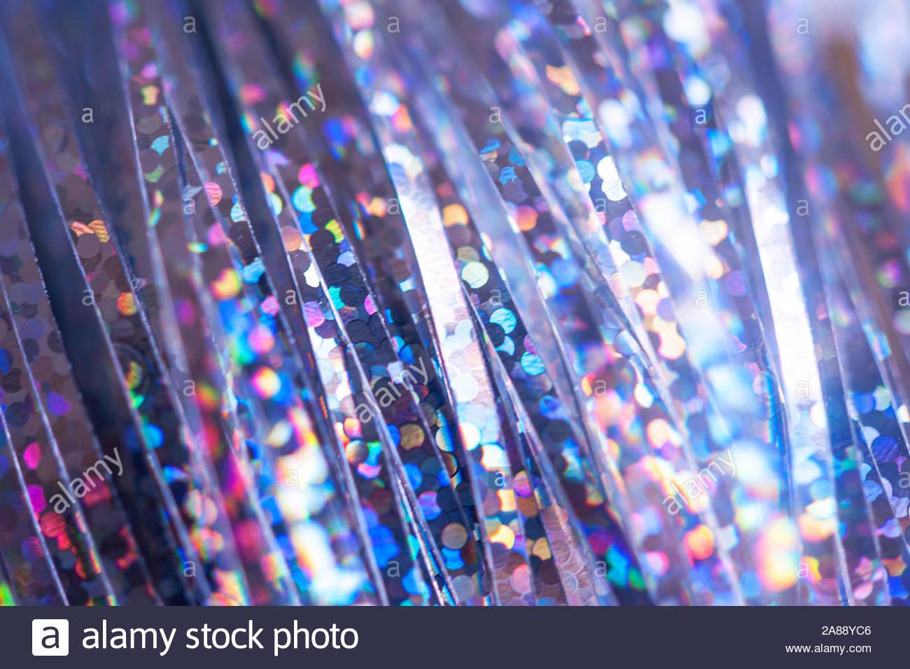 Decoración de Navidad - Año Nuevo fondo abstracto con tiras de lluvia ornamentales con brillante reluce y flash. El enfoque selectivo en star, extremadamente shal Foto de stock
