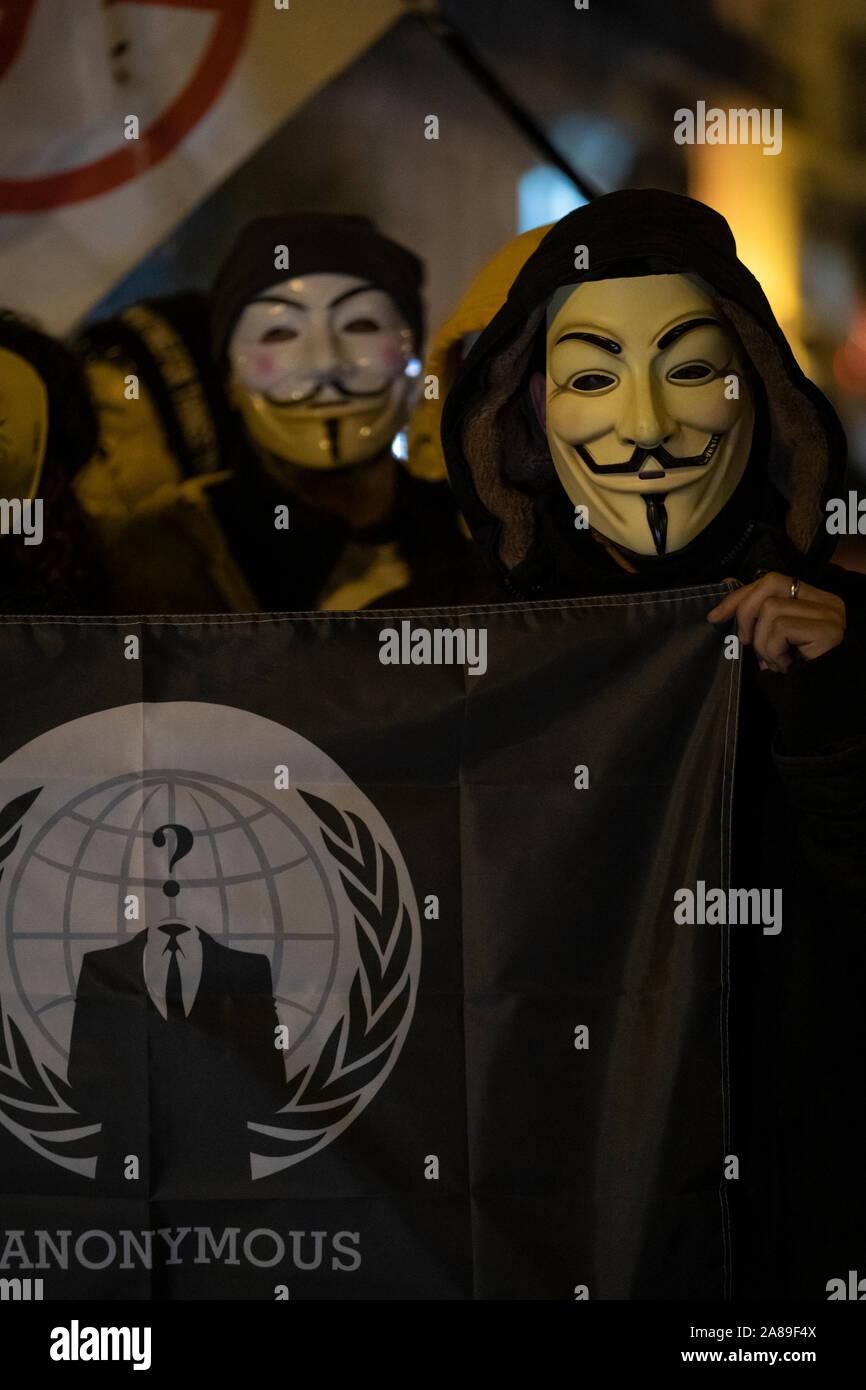 Los miembros anónimos de Cataluña y simpatizantes de Julian Assange máscaras demostrar durante millones de máscara de marzo en Barcelona. Foto de stock