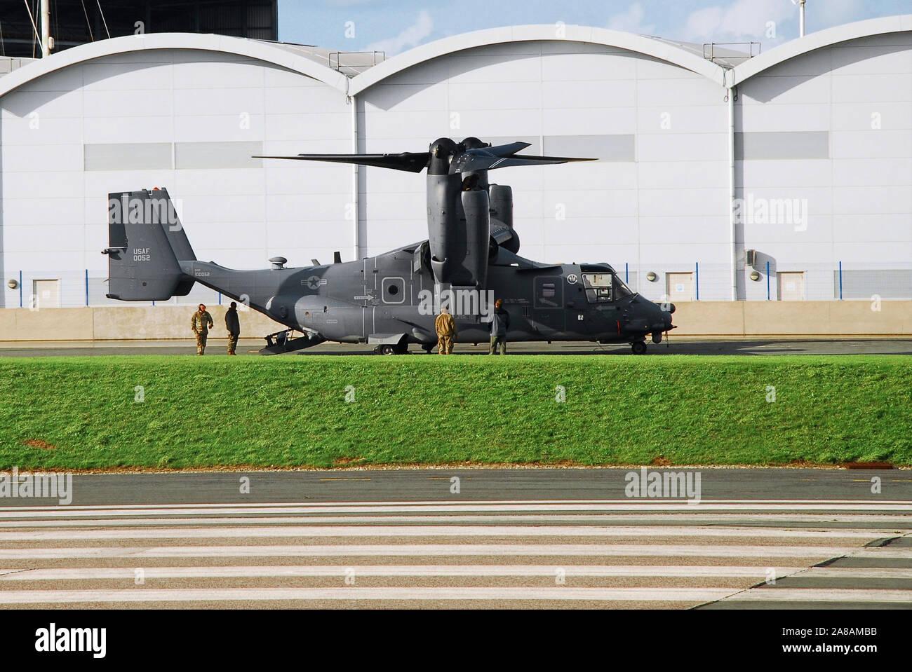 Portland. El 7 de noviembre de 2019. Un USAF 'Osprey' clase de aviones de despegue vertical en Portland refuels helipuerto en un soleado pero frío día. Crédito: Stuart fretwell/Alamy Live News Foto de stock