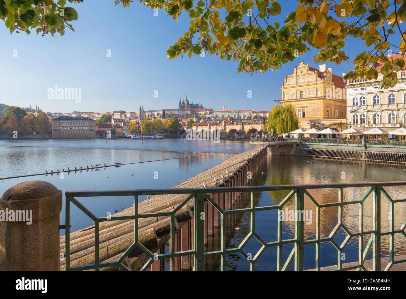 Praga- La buildind de Bedrich Smetana museo y el Puente de Carlos, el castillo y la Catedral de fondo. Foto de stock