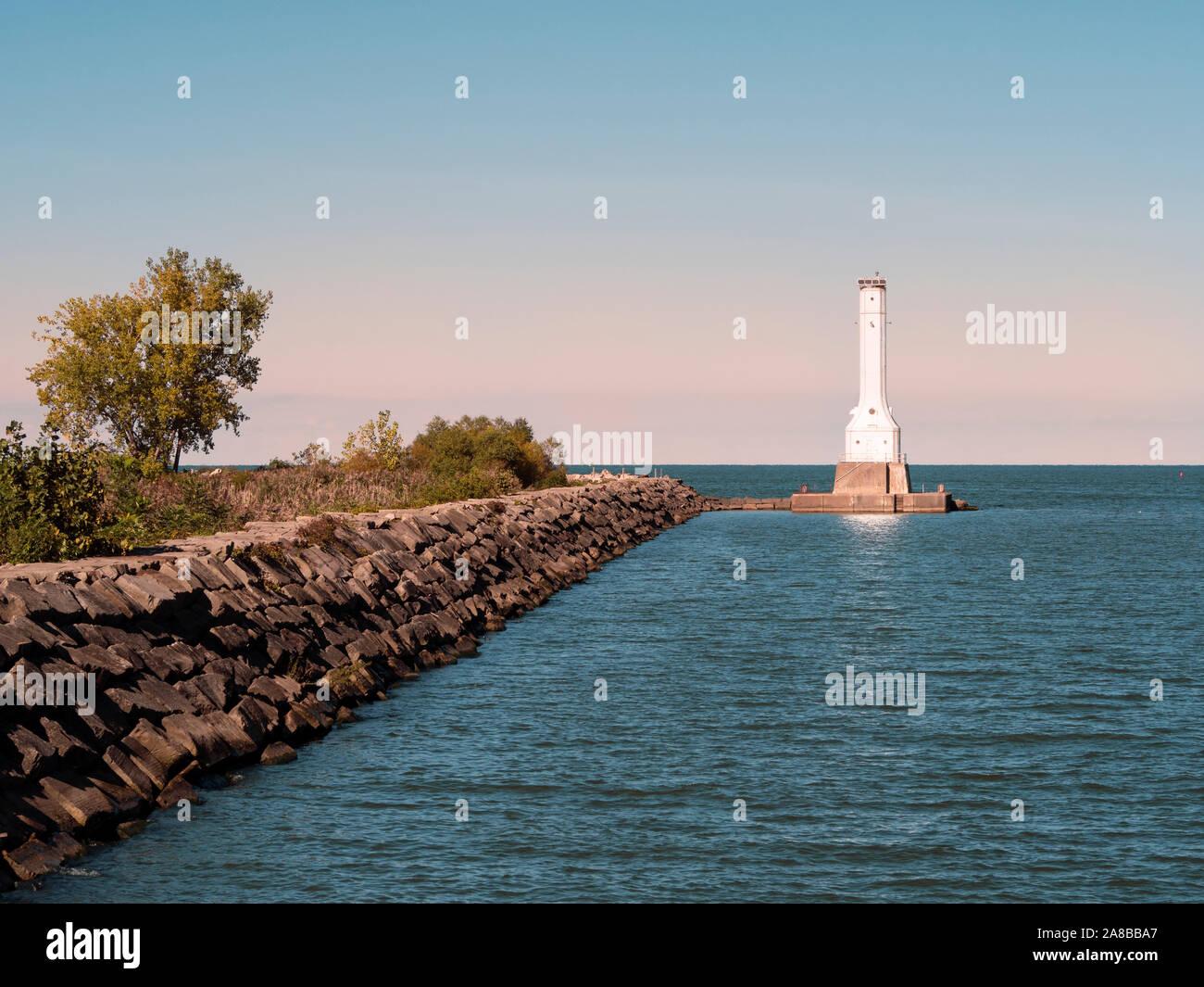 Huron Harbor Lighthouse en el Lago Erie, azul horas antes de la puesta del sol, construido en 1939, la energía solar powered linterna giratoria 1972 añadido todavía activo Foto de stock