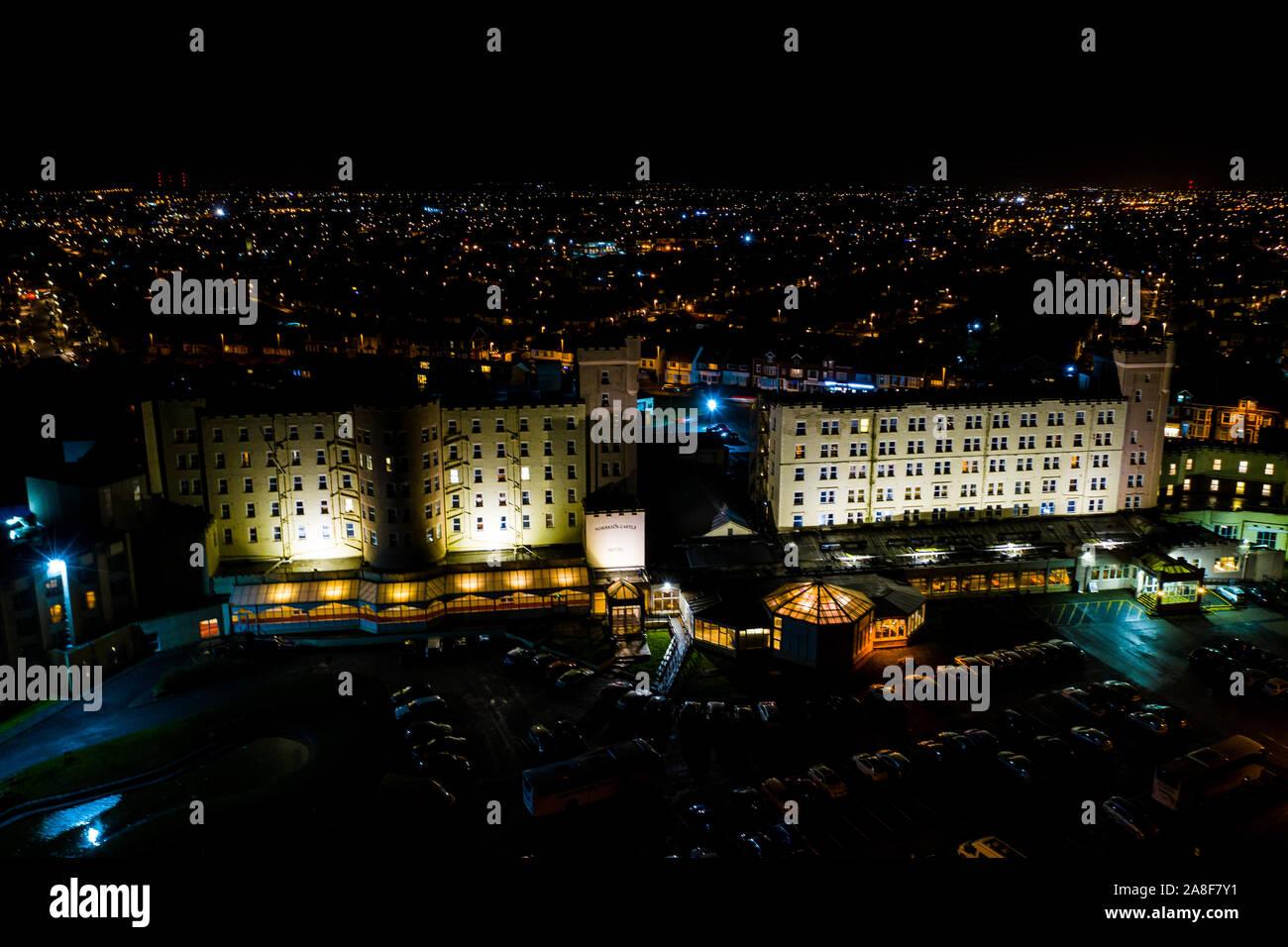 Hermosas vistas aéreas de Blackpool por la noche, incluido El Norbreck Castle Hotel situado en el paseo marítimo, el paisaje urbano Foto de stock