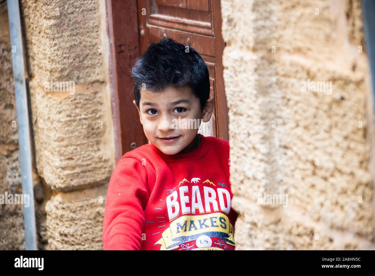 Chico local en la zona de Souk, Sidón o Saida, Líbano Foto de stock
