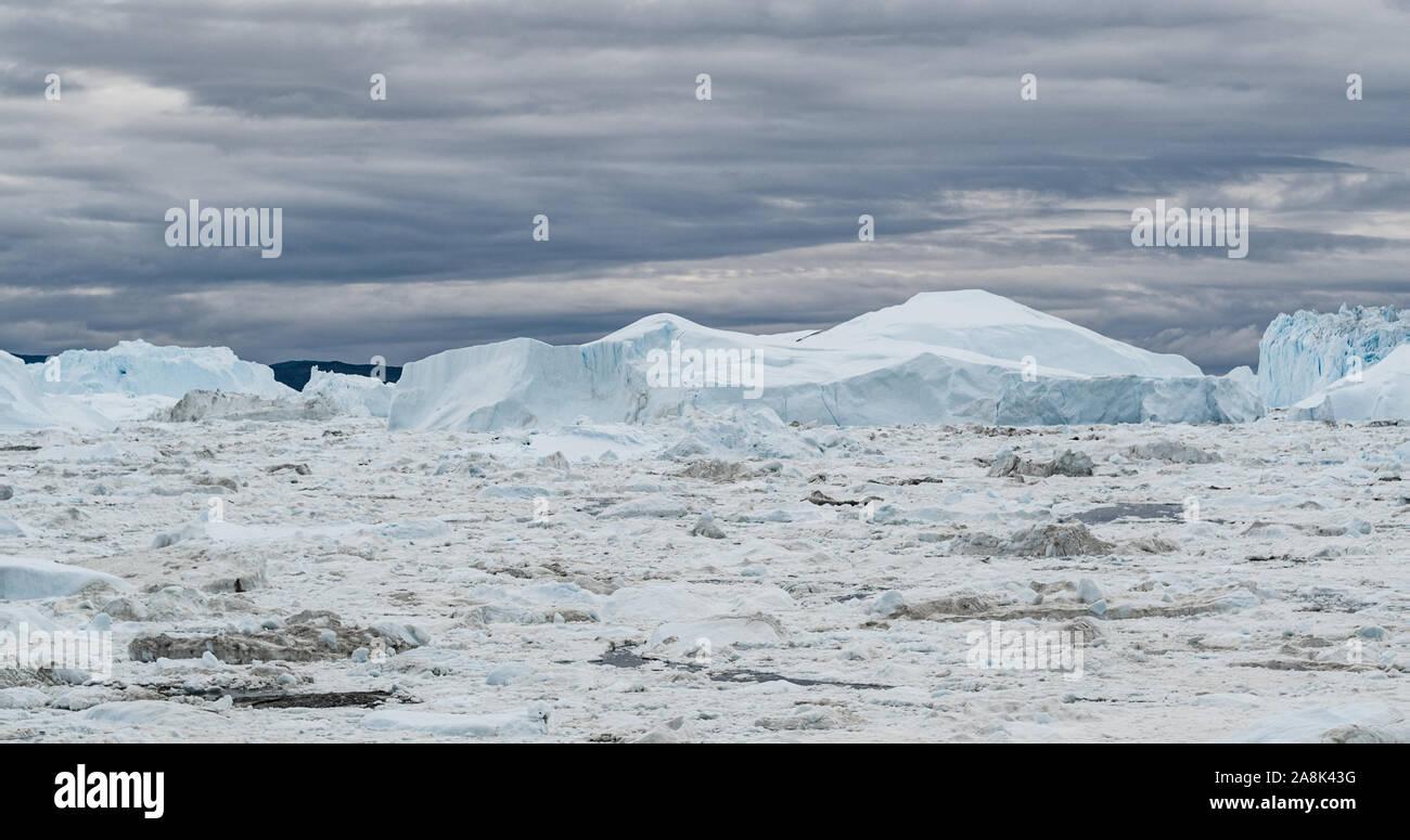 Antena Iceberg drone imagen - icebergs gigantes en la bahía Disko en Groenlandia flotando en el fiordo helado de Ilulissat de derretimiento del glaciar Sermeq Kujalleq, Jakobhavns Glaciar glaciar. El calentamiento global, el cambio climático Foto de stock
