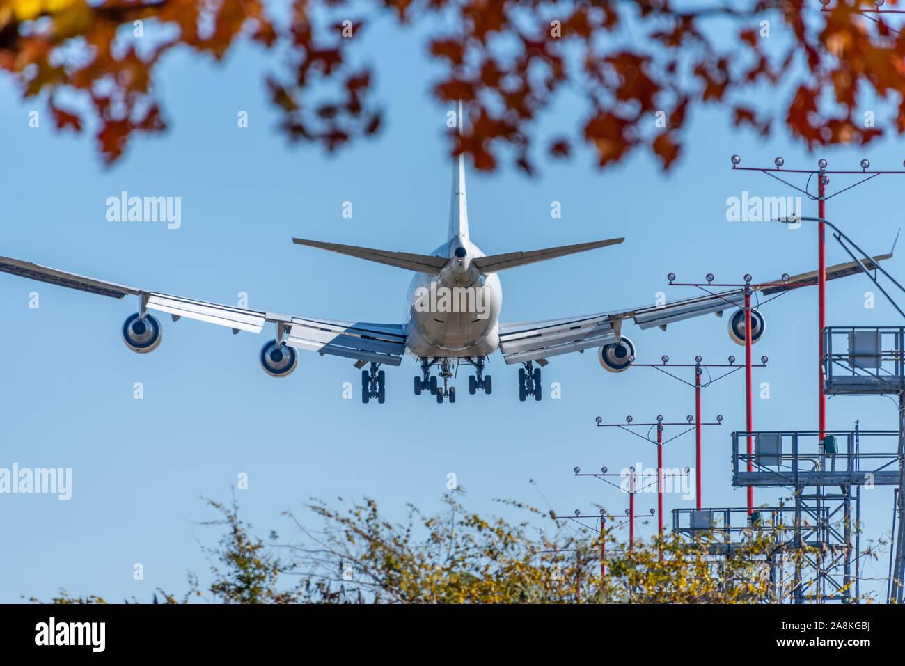 Avión de pasajeros en la aproximación para el aterrizaje en el Aeropuerto Internacional Hartsfield-Jackson de Atlanta en un hermoso día de otoño en Atlanta, Georgia. (Ee.Uu.) Foto de stock