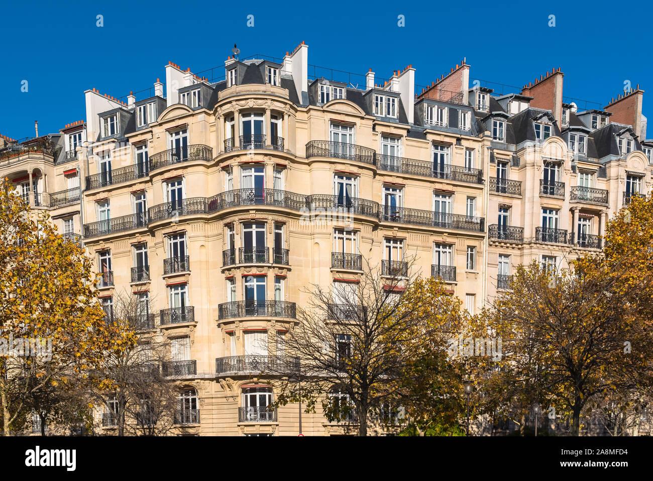 París, atractivos edificios Haussmann en una zona elegante de la capital, panorama Foto de stock