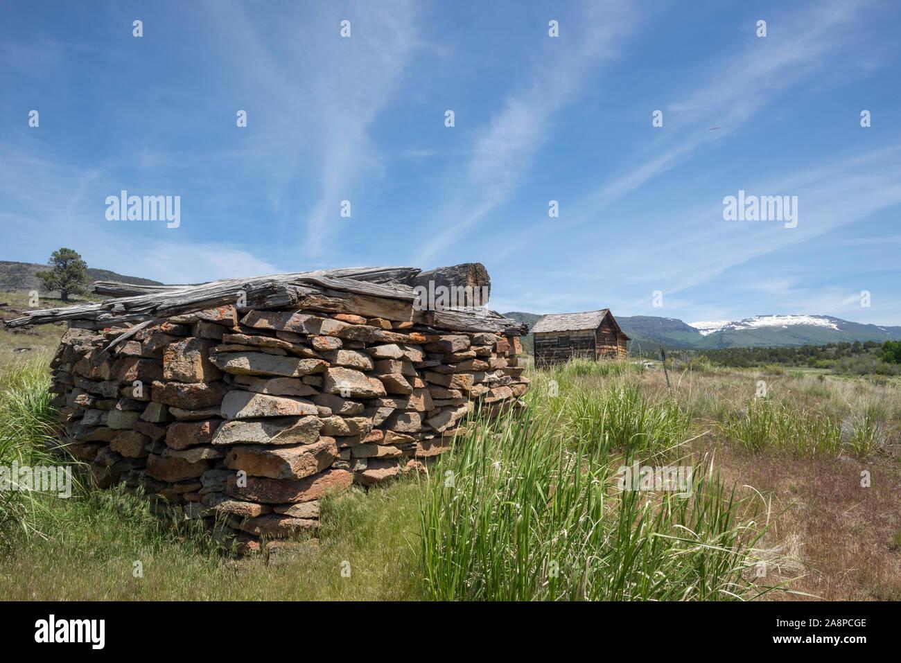 Ben Riddle Cabaña y piedra en el histórico edificio de almacenamiento Riddle Hermanos Ranch, Steens Mountain, Oregon. Foto de stock