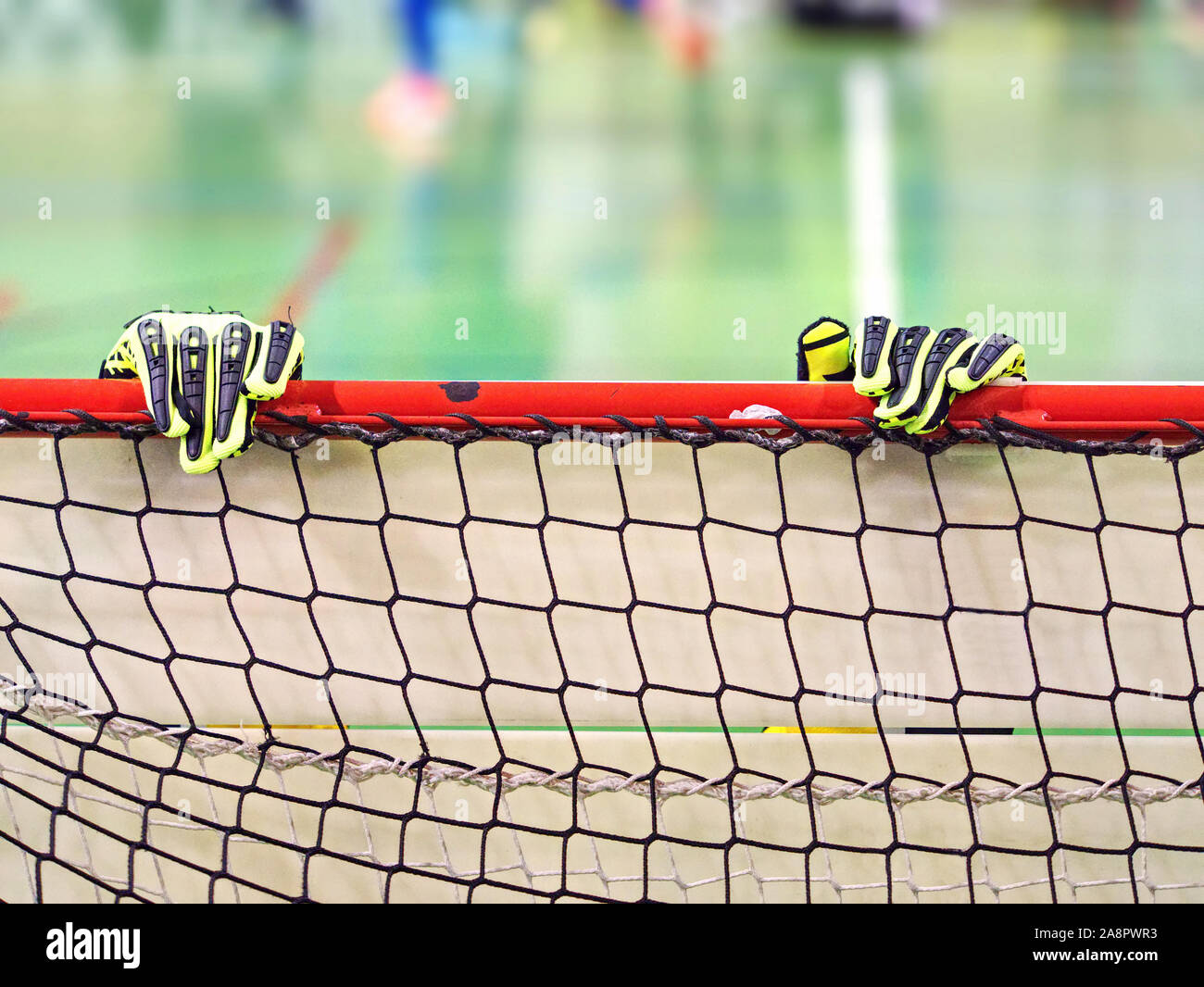 Portero guantes son sobre la viga del fútbol objetivo gate. Deportes detalle exacto con fondo borroso de junior match Foto de stock