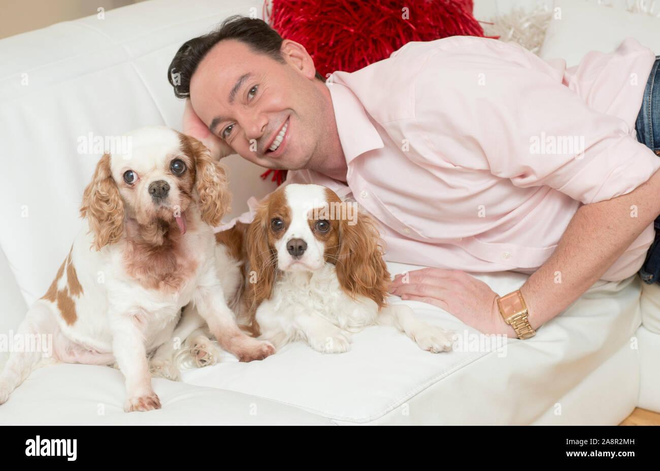 Estrictamente come dancing juez Craig Revel Horwood con sus dos King Charles épagneuls perros de rescate Sophie y Charlie en su casa Andover en Hampshire. Foto de stock
