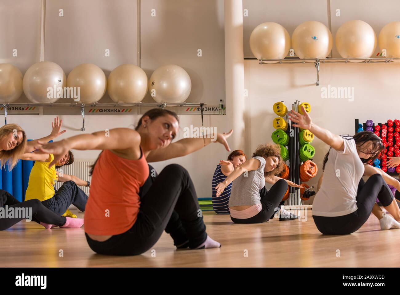 Moscú, Rusia - Diciembre 13, 2012: Clase de baile para mujeres en el centro de fitness Foto de stock