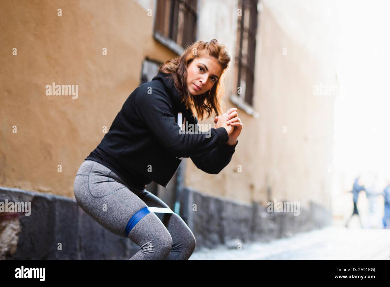 Mujer realizando sentadilla Foto de stock