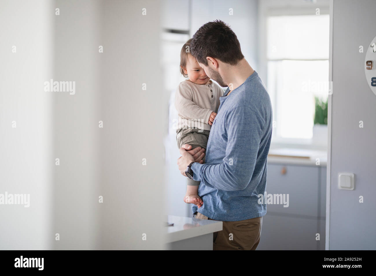 El padre con el bebé en la cocina Foto de stock